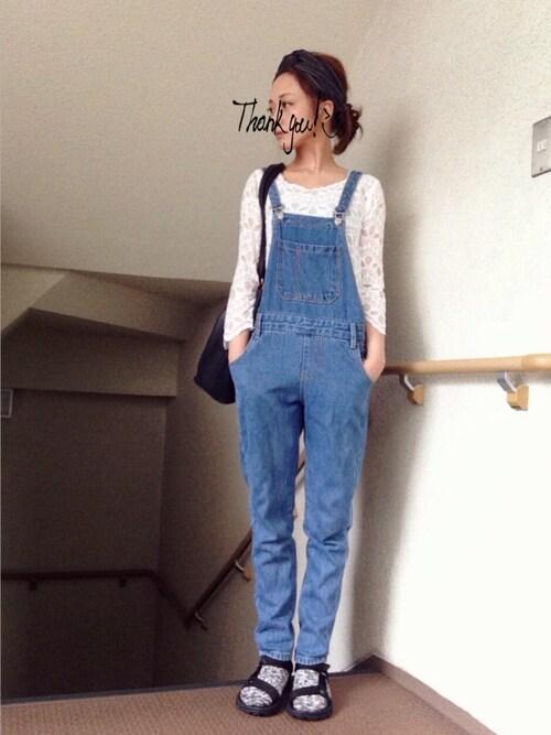 デニムサロペットに白レーシーブラウス 春スタイル写真