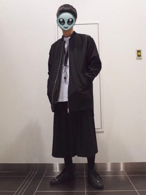 ロングMA-1とガウチョパンツを着ている男性