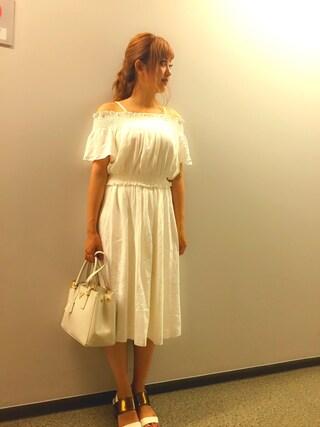 菊地亜美さんの「オフショルブラウス×ミディスカートSET(OZOC|オゾック)」を使ったコーディネート