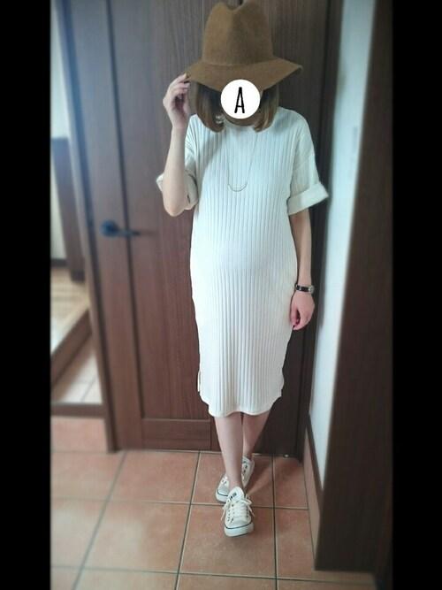 白のリブニットワンピ 妊婦コーディネート 秋冬