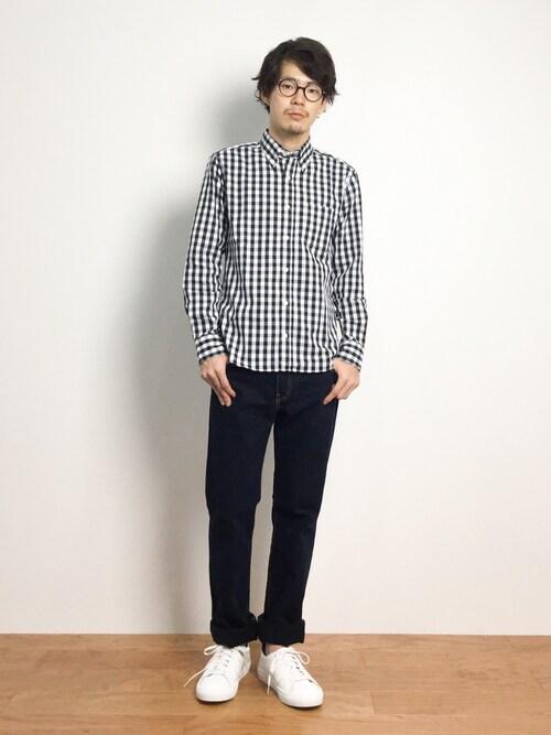 中型の大きさのギンガムチェックシャツ×デニムパンツのコーデ