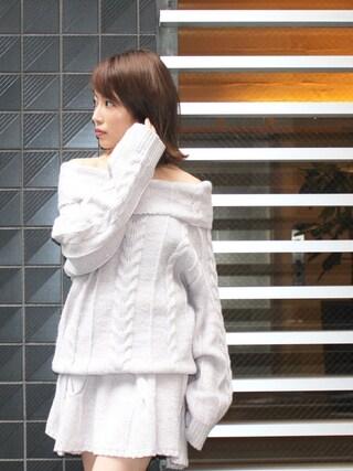 舟山久美子♡くみっきーさんの「ケーブルオフショルニット(MICOAMERI|ミコアメリ)」を使ったコーディネート