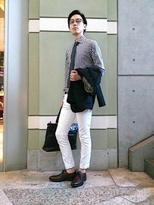 茶色の靴との対比で魅せるホワイトパンツコーデ
