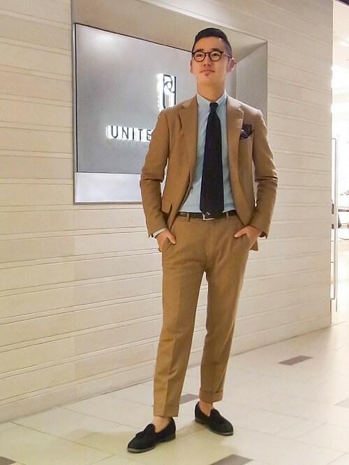 ベージュスーツ×異素材シューズで上品な男スタイル