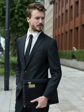 スーツ×クラッチバッグのリッチ感コーデ!成功のカギは?