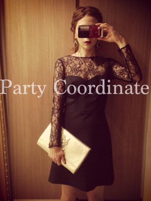 黒のシースルードレスにバッグを差し色アクセントにした参考コーディネート画像