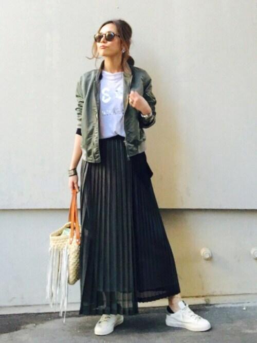 カーキ ロングスカートにスニーカー ママ向けカジュアル 画像