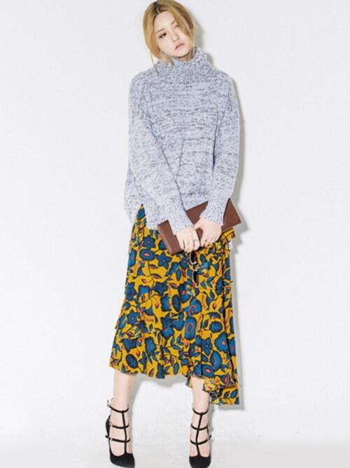 ロングスリットニット|グレーには華やかなスカートを