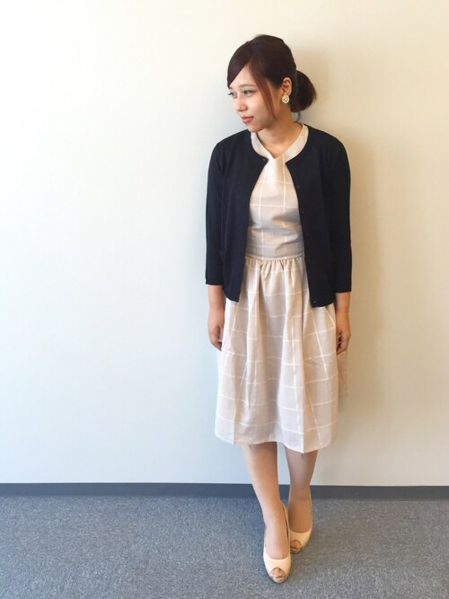 女性のビジネスカジュアル王道コーデ13:カーディガン×ワンピース