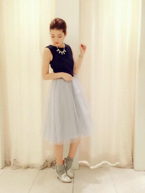 チュールスカートバイカラードレスにネックレスとローファーパンプスの色をあわせたパーティーコーデ画像