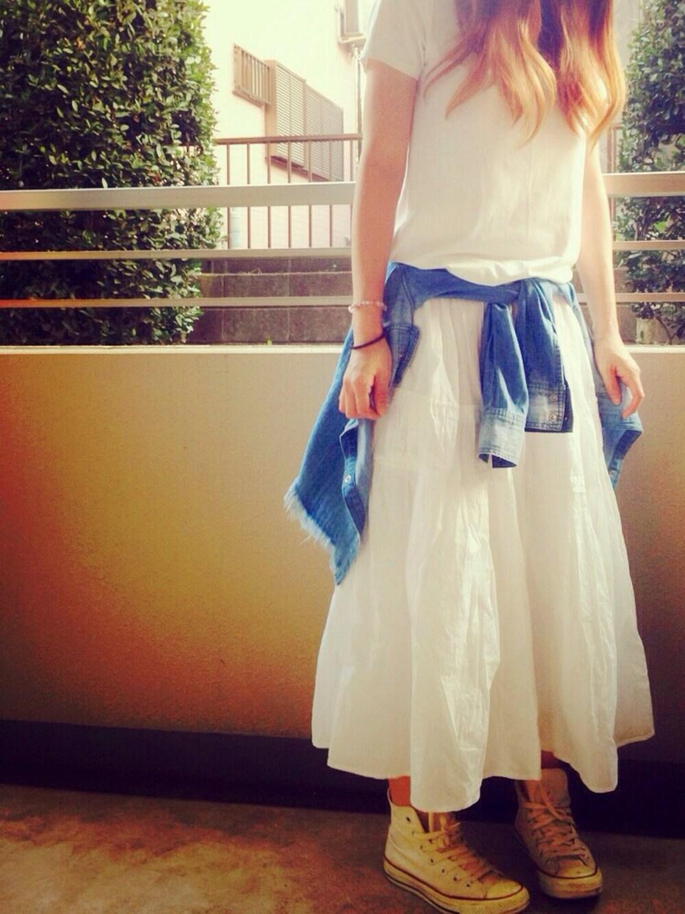 ダンガリーシャツ×白フレアスカート