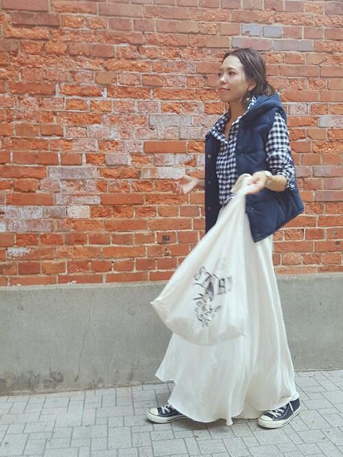 ホワイトのロングスカート スニーカー ママ向けファッション