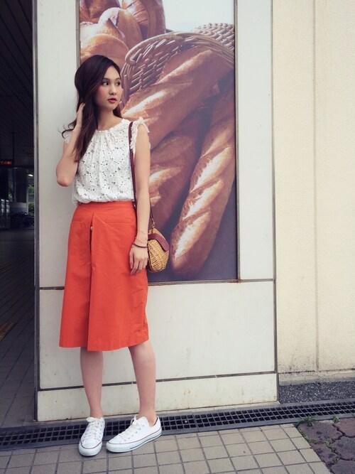 半袖レーシートップス オレンジスカート 夏コーディネート 画像
