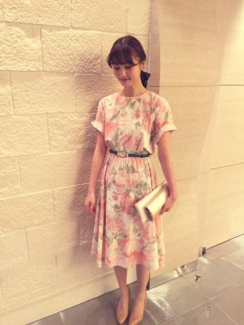 半袖のフラワー柄の膝丈ドレス参考コーディネート画像