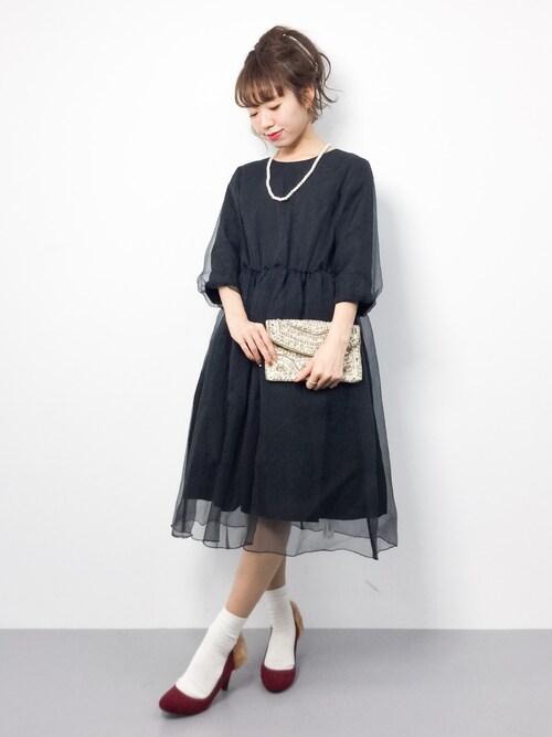黒のシースルードレスにバッグと靴を補色の間の色であわせた参考コーディネート画像