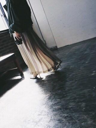 黒石奈央子さんの「COLOR STRIPE PLEATS SKIRT(Ameri アメリヴィンテージ)」を使ったコーディネート