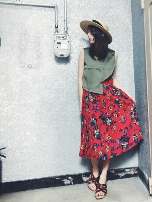 花柄アイテム|エキゾチックな赤いスカートはアースカラーと組み合わせ