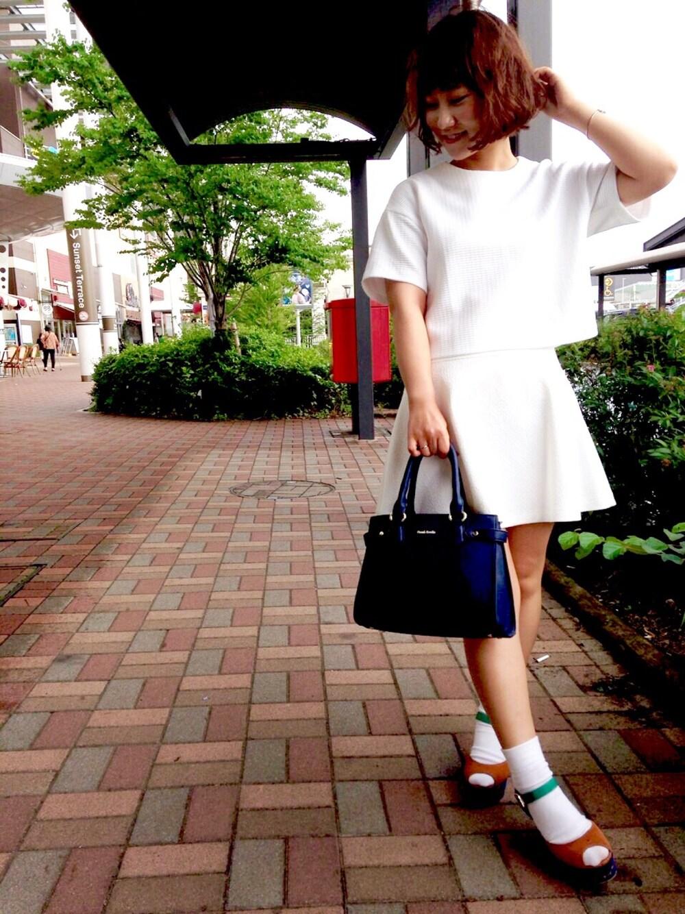 白フレアスカートでオールホワイトコーデ