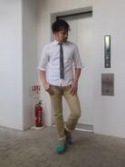 黒タイでシックに決めつつ、足元には 差し色で爽やかな色のデッキシューズを。