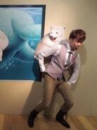白熊の子供をおぶってみました。 暑い時期なので、少しでも涼しさを。  ・・・こんなんで、涼しくなるかいなil||li(ФДФ;) il||li