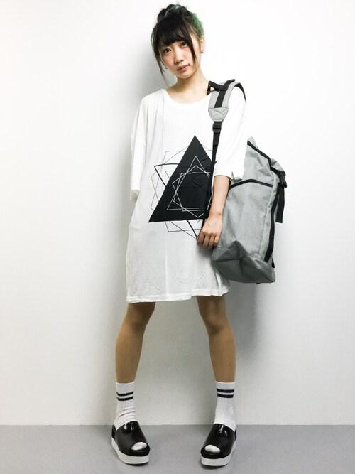 ZOZOTOWN椎名成美さんのTシャツ/カットソー「スーパーオーバーサイズビッグTシャツ ビッグシルエットドロップショルダーTシャツ(unrelaxing|アンリラクシング)」を使ったコーディネート