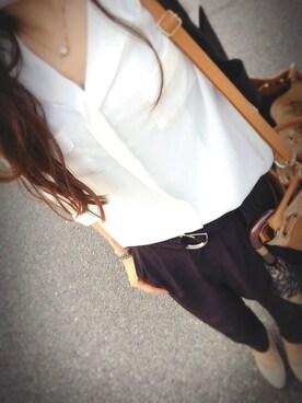 女性のビジネスカジュアル王道コーデ8:シャツ×ネックレス