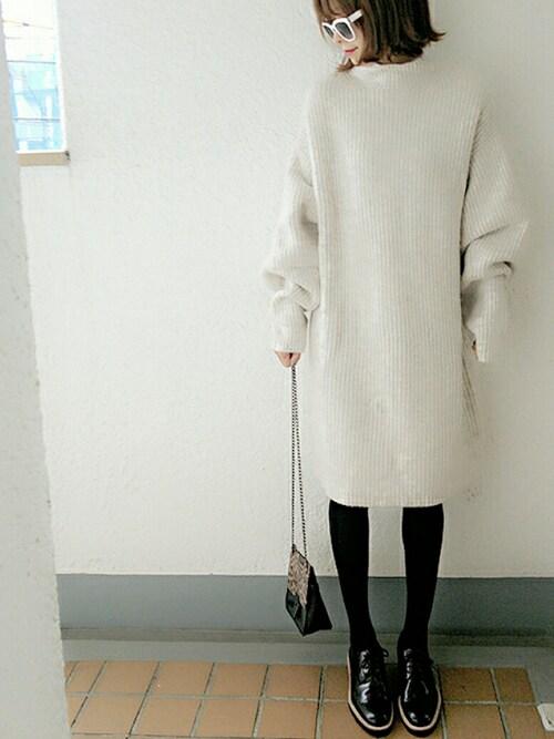 オーバーサイズ リブニットチュニック 白のキレイめスタイル
