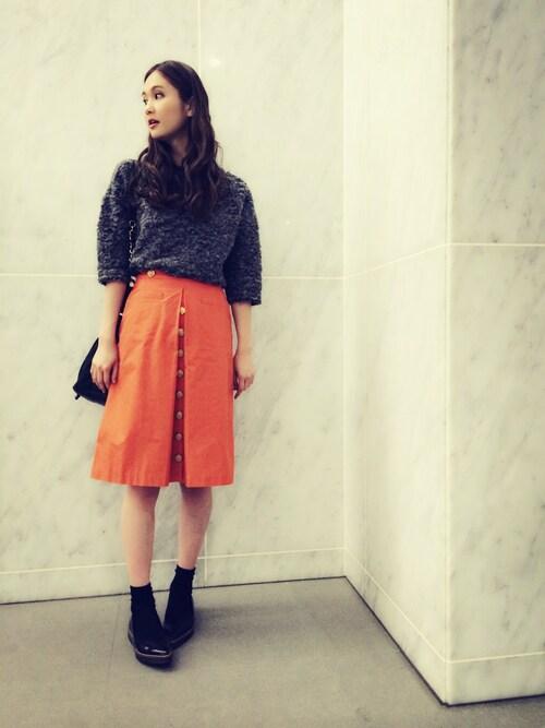 オレンジ色 スカート コーデ