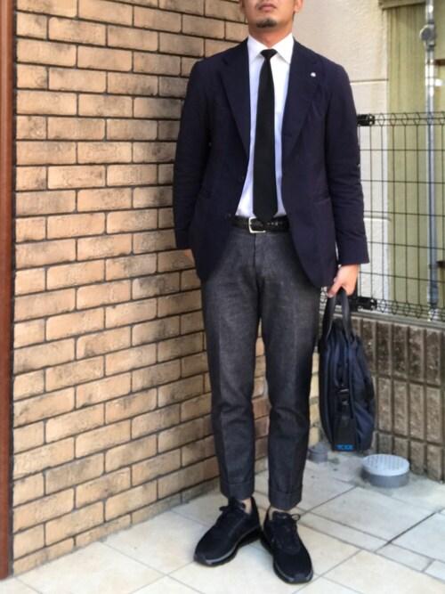 hiroki taniguchi氏がWEARに投稿したコーデ|割とカット(履き口)が少し高いミッドカットスニーカーですが、オールブラック&バンプが長いというディティールにより、ドレス感のプラスマイナスがちょうどいい具合になっていますね。