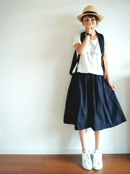 紺のミモレ丈スカート 服装 画像 帽子