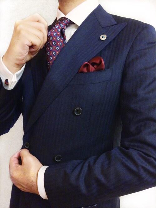あらたくん氏がWEARに投稿したコーデ Vゾーンのネクタイ。胸ポケットのチーフ。そして、袖口のカフス。メンズスーツスタイルにおけるお洒落可能ポイントを最大レベルまで活かしきったコーディネートですね。