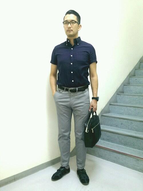 TAKA.S氏がWEARに投稿したコーデ|半袖スタイルは、長袖シャツやジャケットスタイルに比べると、そのスタイル自体がカジュアル。そのため、スニーカーを合わせるときは、ドレス感が強い黒スニーカーがオススメですよ。