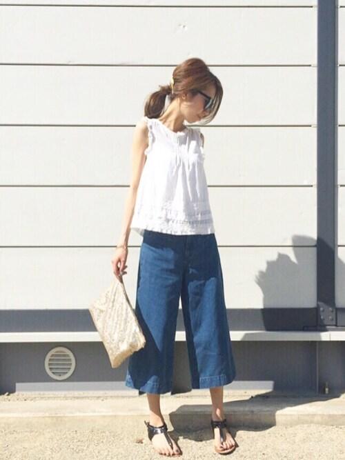 白トップスにデニムガウチョ ファッション画像 夏